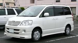 800px-2001-2004_Toyota_Noah